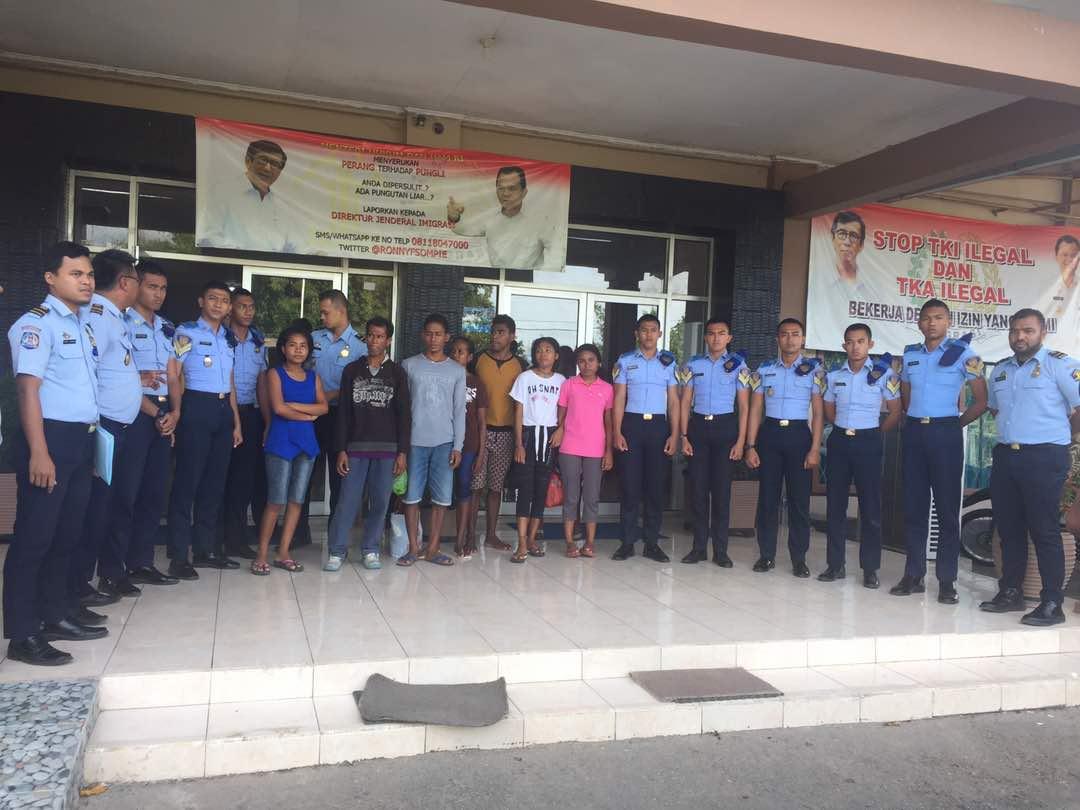 Pihak Imigrasi Atambua pose bersama warga Timor Leste yang akan di deportasi.