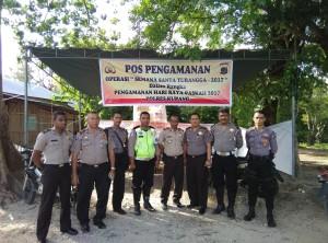 Kabag Ops pose bersama personil pengaman pos di Kupang Tengah.