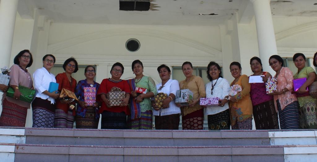 DWP Kabupaten Kupang dengan kado ditangan.