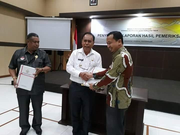 Bupati Malaka berjabatan tangan dengan Kepala BPK Perwakilan NTT.