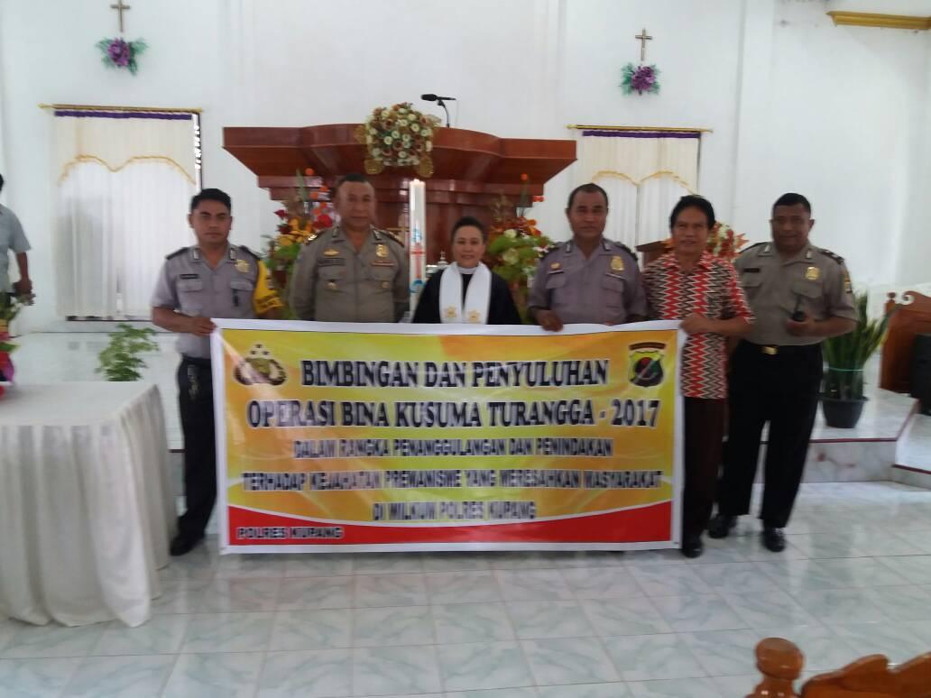 Pihak Polres Kupang pose bersama Pendeta.