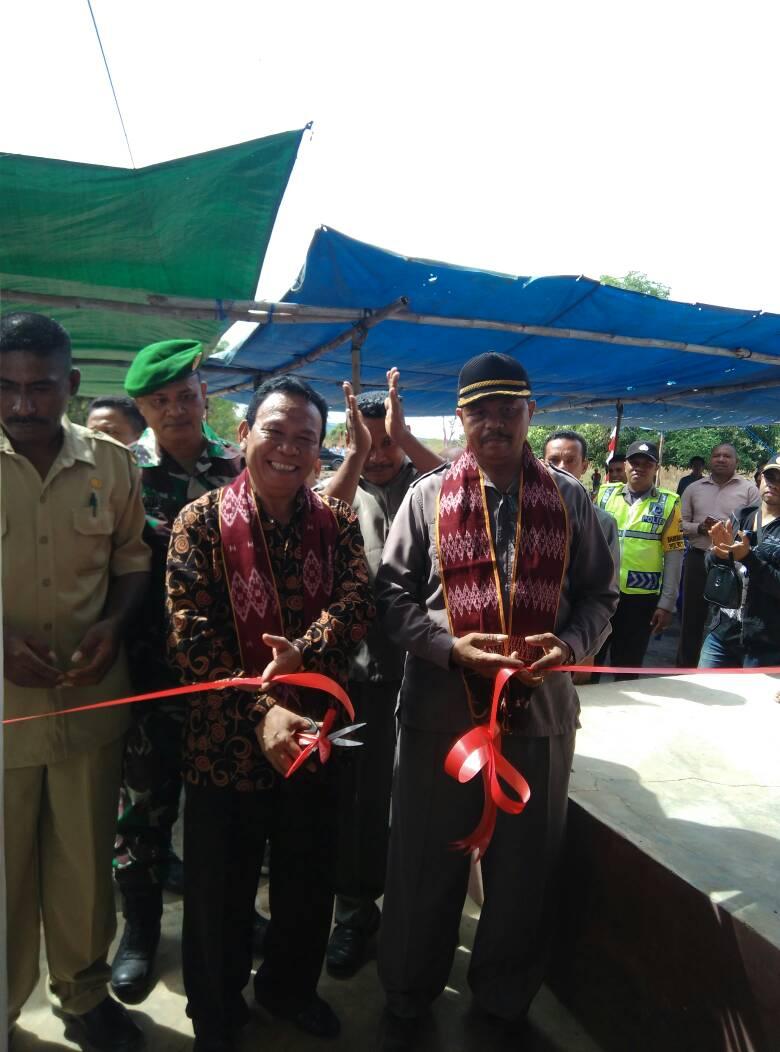 Wabup Kupang gunting pita di Pasar Otan.