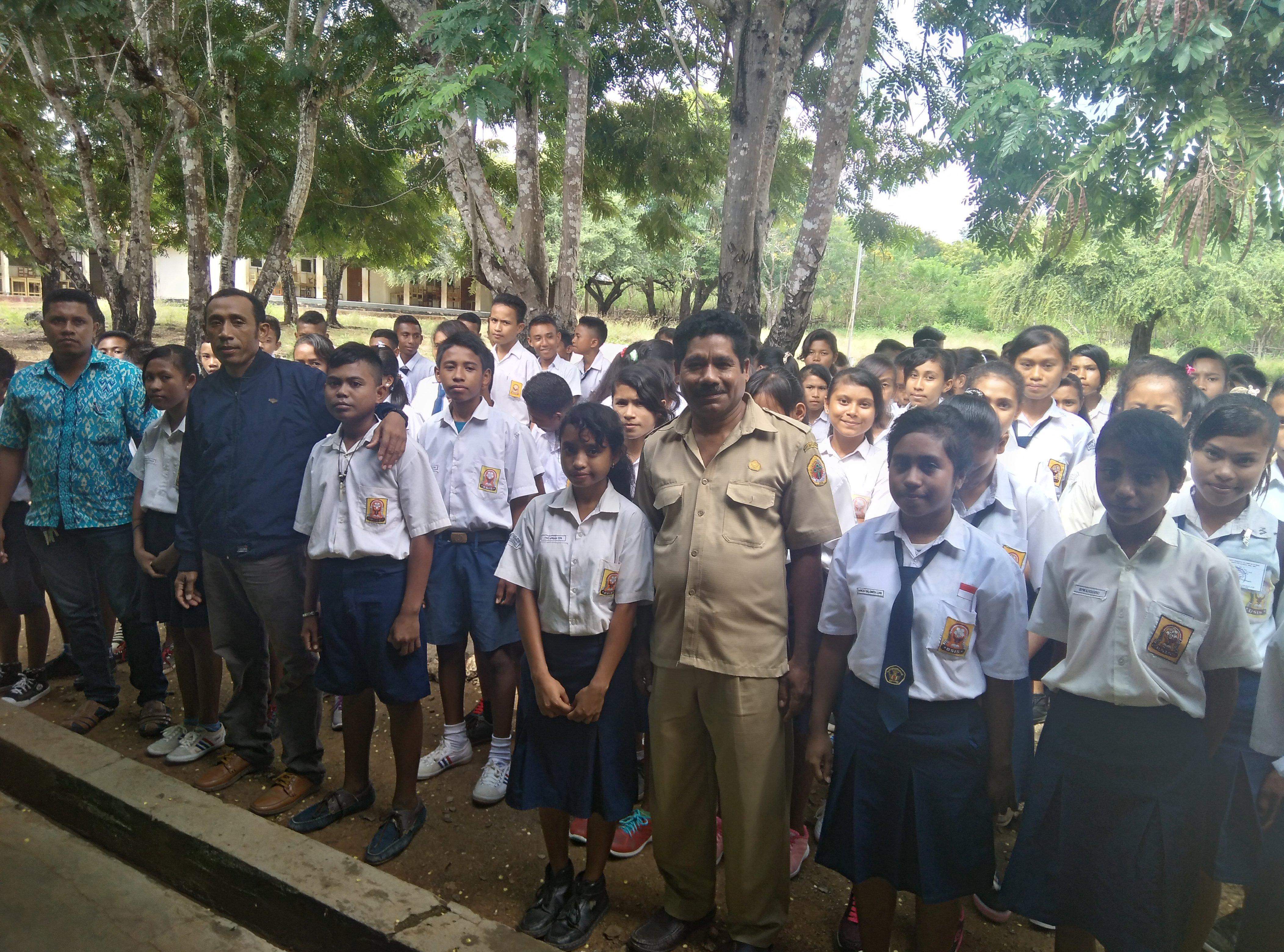 Kepala sekolah dan siswa peserta UN pose bersama.