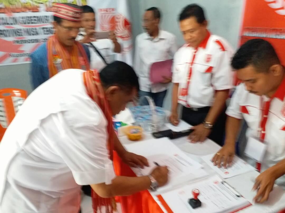 Esthon Foenay tandatangani berkas pendaftaran.