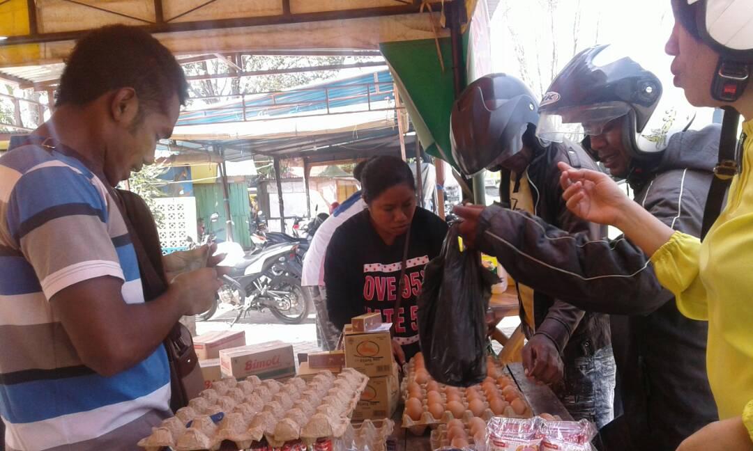 Warga ATAMBUA serbu pasar murah.