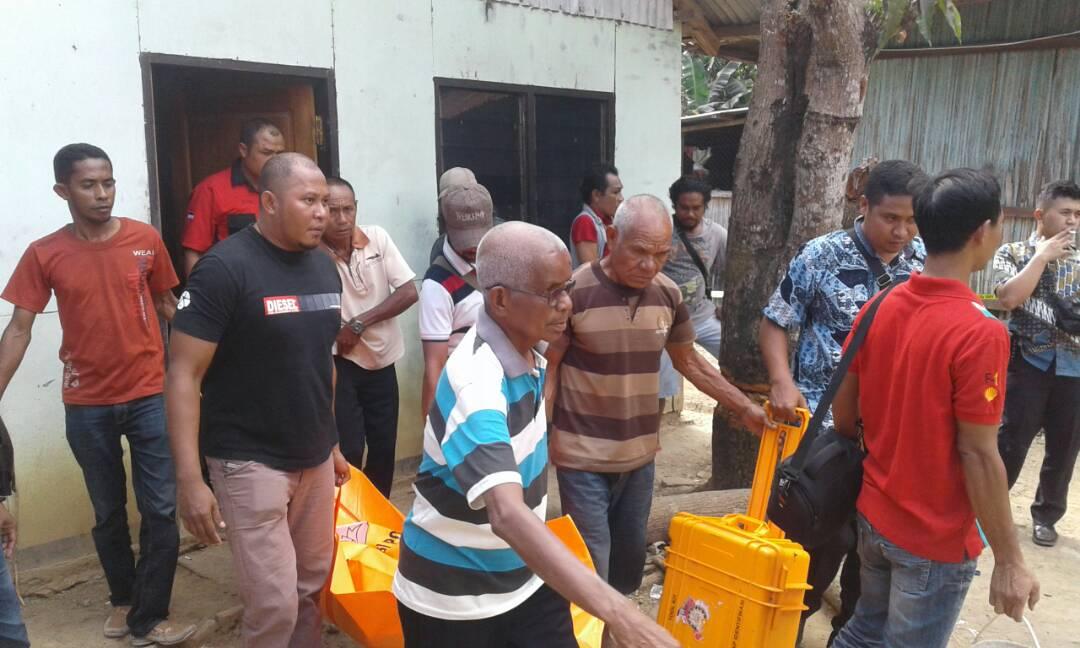 Warga dan polisi evakuasi jenazah Tito Babo.