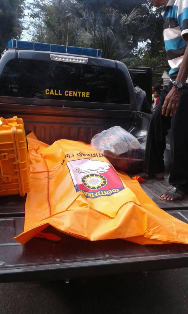 Jenazah Tito Babo diangkut dengan mobil Polres Belu.