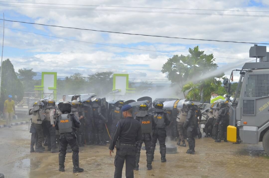 Polisi semprotkan Water Canon.